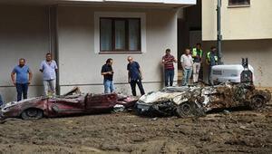 Toprak altında kalan 3 araçtan 2'si çıkartıldı