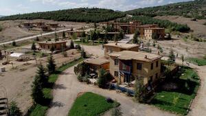 Kerpiç evleriyle büyüleyen sanatçı köyüne ilgi artıyor