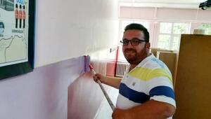 Okul müdürü ve öğretmenler sınıfları boyadı