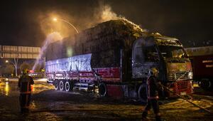 Saman yüklü kamyon yandı