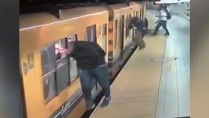 Tren camından içeri sarkıp telefonları çaldılar