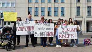 Senatörlük söylentilere son vermeli: Müdür, Türk kökeninden dolayı mı görevden alındı