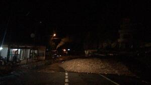 Şavşatta heyelan nedeniyle kapanan yol, tek şeritten ulaşıma açıldı