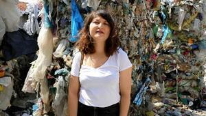 Kemalpaşadaki bir evin bahçesinde toplanan ithal çöpler tepki topladı