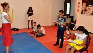 Çocuklar üzülmesin diye tiyotro grubu kurdu