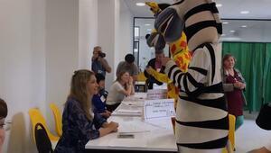 Animatörlerin kostümleriyle oy kullanması tartışmalara yol açtı