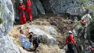 Yamaçta mahsur kalan keçi, 5 saatte kurtarıldı