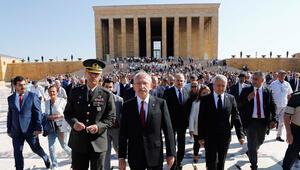 Kılıçdaroğlu, CHPnin kuruluş yıl dönümünde Anıtkabiri ziyaret etti