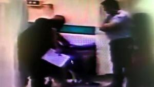 Pes dedirten görüntü Baygın haldeki hastanın yanına yaklaşıp…