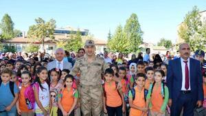 Elazığ İl Jandarma Komutanı öğrencileri yalnız bırakmadı