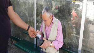 Durakta çocuklara cinsel tacizde bulunan yaşlı adama gözaltı