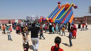 Suriye'de okula başlayan çocuklar için şenlik düzenlendi