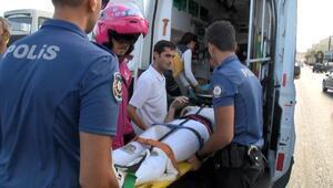 D - 100 Karayolunda yolcu indirirken kapıya motosiklet çarptı: 2 yaralı
