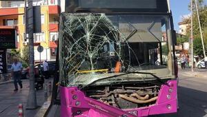 Avcılarda İETT otobüsü park halindeki araçlara çarptı Yaralılar var…