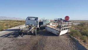 Kamyonet, otomobille çarpıştı: 4 yaralı