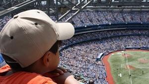 Çapkın Taraftar Çocuk Kıza Beyzbol Topu Hediye Etti