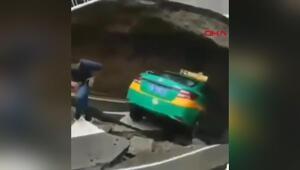 Çinde çöken yol, taksiyi yuttu