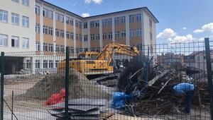 Okul bahçesinde tehlikeli inşaat