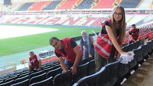Gazişehirde Beşiktaş maçı öncesi koltuklar temizlendi