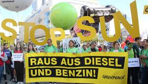 Dev protesto Frankfurt'u kilitledi
