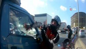 E-5 Karayolu'nda motosikletli maganda kamyonetin aynasını kırdı