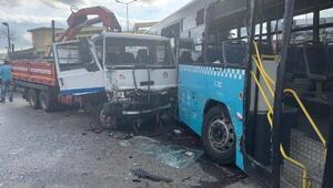 Ümraniye'de kamyon özel halk otobüsüne çarptı