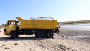 Balıkların öldüğü Oruçlu Göletine tankerle su taşınıyor