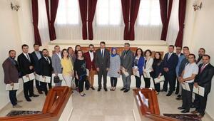 Vali Ayhandan, öğretmenlere teşekkür belgesi
