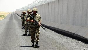 Duvarın ardından sınırdaki mevziler de beton bloklarla güçlendiriliyor