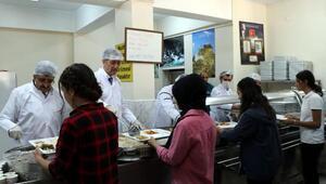 Bakan Selçuk, pilot il seçilen Vanda öğrencilere yemek dağıttı