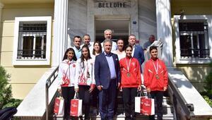 Bornovalı sporculara İduğdan kutlama