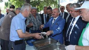 Eskişehir'de Vali Çakacak, vatandaşlara aşure dağıttı