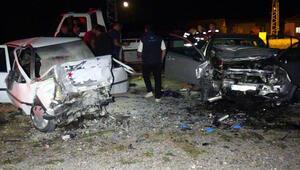 Otomobiller kafa kafaya çarpıştı: 3 ölü, 2 yaralı