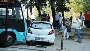 Taksimde kontrolden çıkan otobüs iki otomobile çarptı