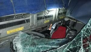 Hafif ticari araç TIRa çarptı:1 ölü ,4 yaralı