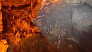 Türkiyenin 4üncü büyük mağarasının duvarları, yazı tahtasına döndü
