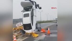 Çinde akılalmaz kaza Refüje çarpan otomobil dik durdu