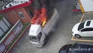 Yanan kamyonunu, itfaiyeye kendi götürdü
