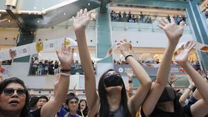 Hong Kong'da protestocular AVM'yi bastı