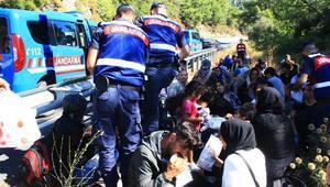 Kaçak göçmenlerin olduğu minibüs kaza yaptı