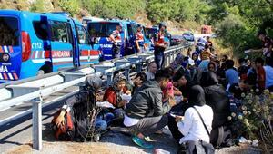 Düzensiz göçmenler kaza yapınca yakalandı