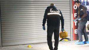 Baba ve oğlu iş yerinde bıçaklandı