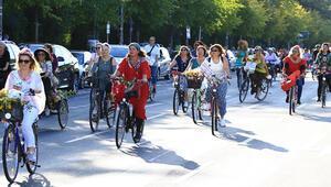 İzmir'den dünyaya yayıldı: Süslü kadınlar 16 ülke 115 şehirde sokaklara çıktı