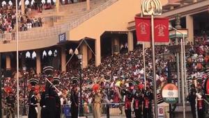 Pakistan-Hindistan askerleri hergün bayrak indirme töreni için karşı karşıya