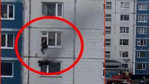 Yanan dairede mahsur kalan kızı, üst kata çekerek kurtardı