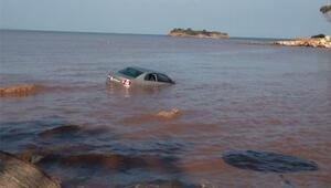 Didimi sağanak yağış vurdu Otomobil denize sürüklendi