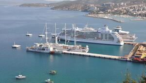 Kuşadasına üç kruvaziyer gemisi ile 2 bin 630 turist geldi
