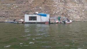 Şoke eden operasyon Barajın üstüne yüzen 3 ahşap ev kurmuşlar…