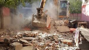 Bağlarda öğrenciler için risk oluşturan kantin yıkıldı