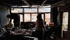Alevleri fark edip uyandı, ailesini kurtardı